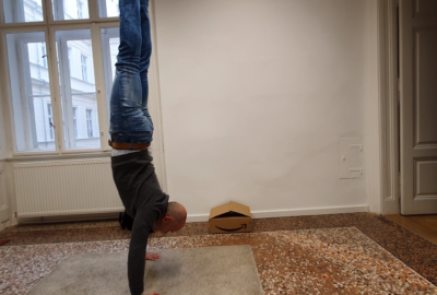 ThumbnailHandstand